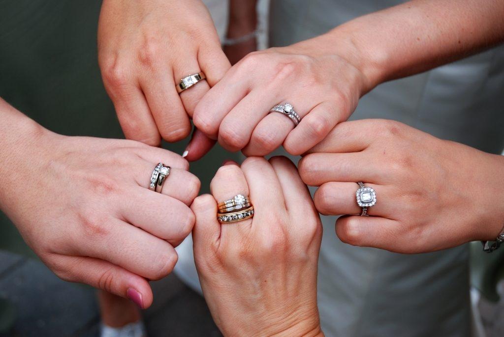 Кольцо на пальце подарок