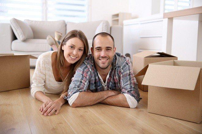 Счастливая семья при переезде в новую квартиру