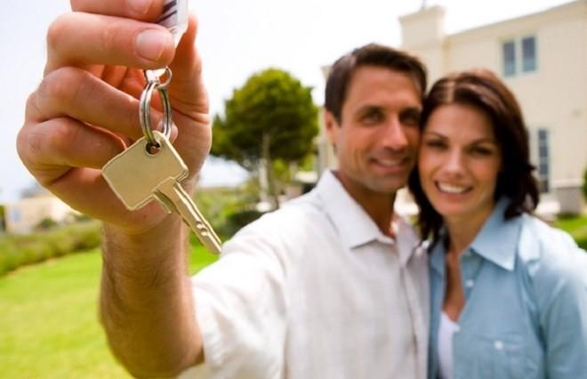 Пара держит ключи от нового дома
