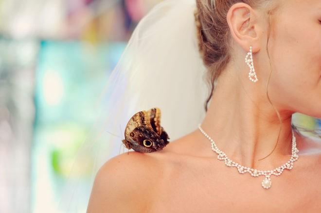 У девушки бабочка на плече