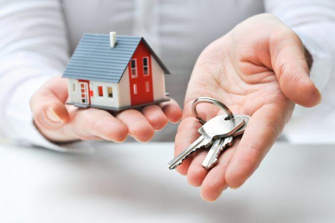 ключи и дом в руках