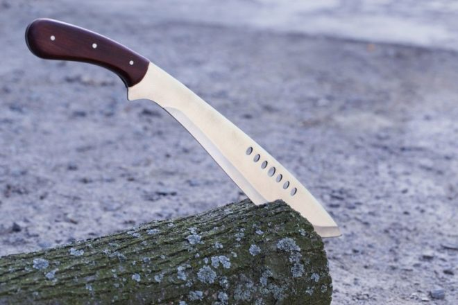 огромный нож