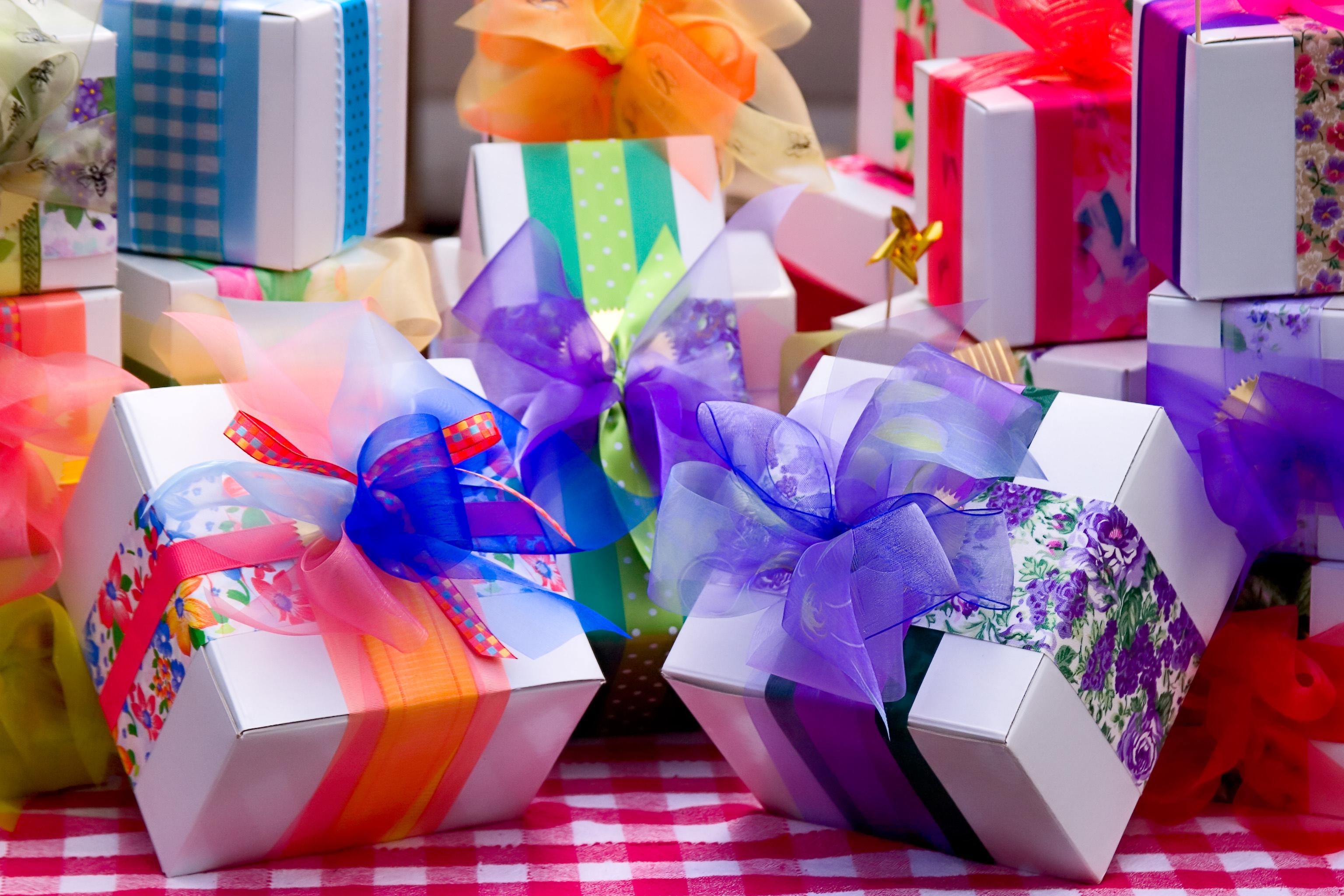 Веселый поцелуйчик, подарок и открытка