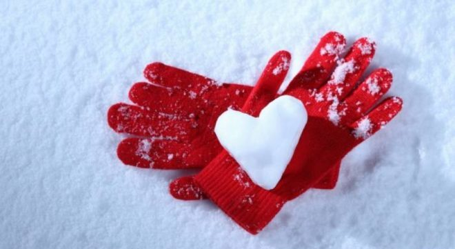 рукавицы на снегу