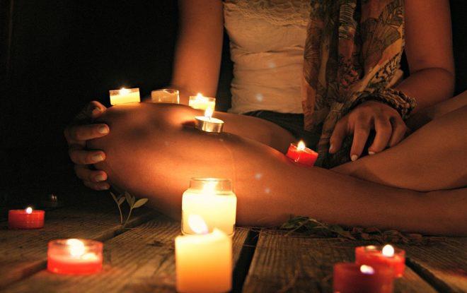 девушка и свечи