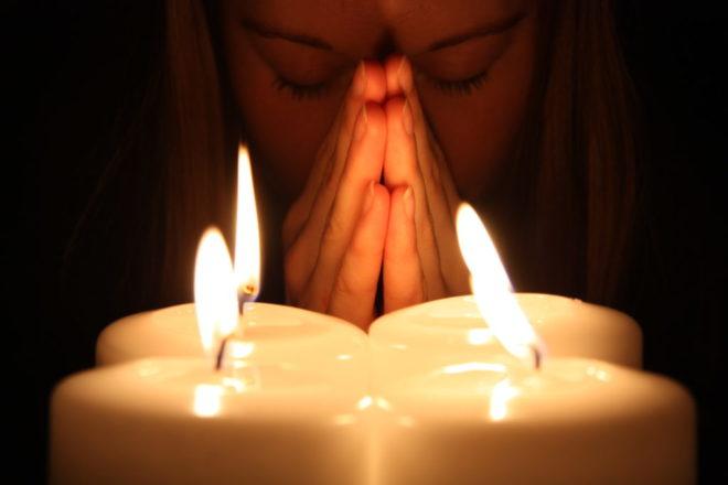 девушка перед свечами