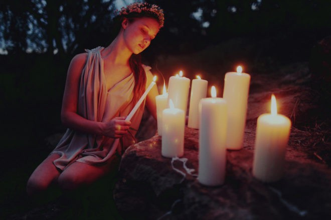 свечи и девушка