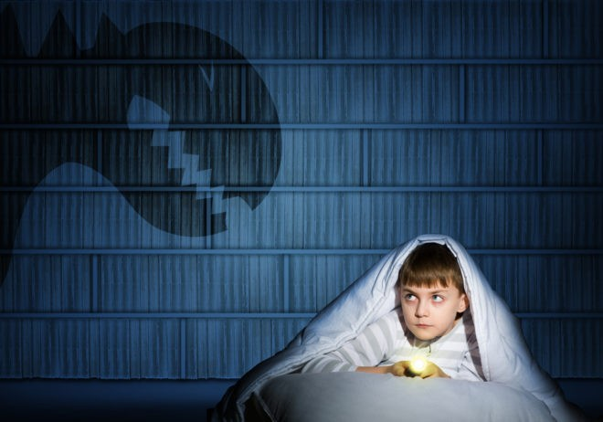 мальчик под одеялом