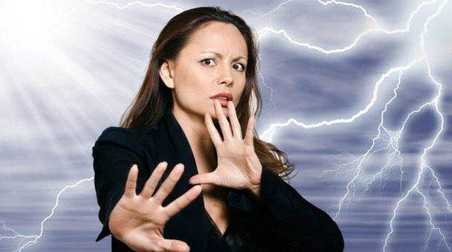 девушка отталкивает негативную энергию