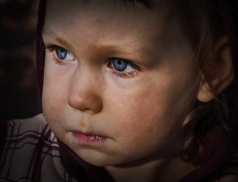плачущий обиженный ребенок