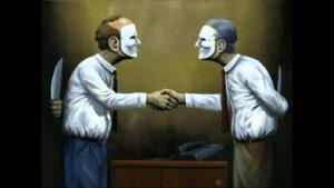 мужчины дружественно жмут руки и прячут ножи за спинами