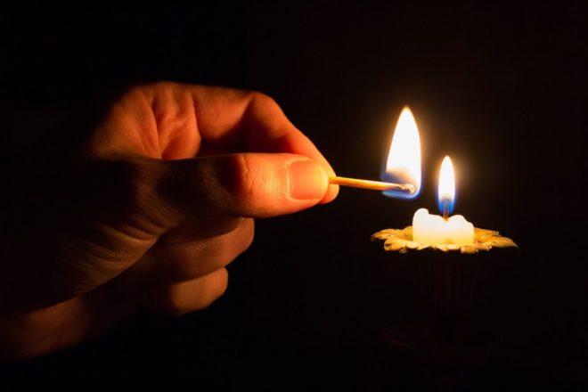горящая спичка и свеча