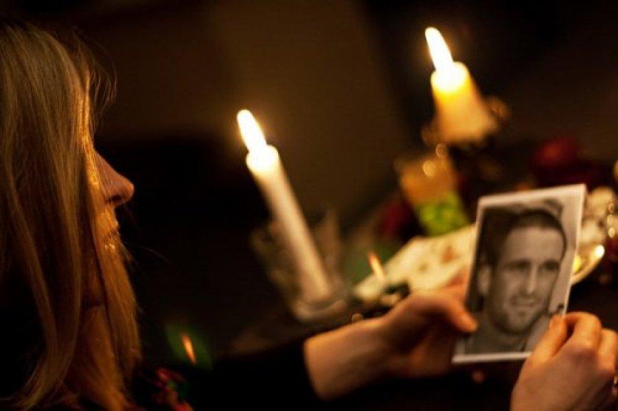 девушка, свечи, фотография врага