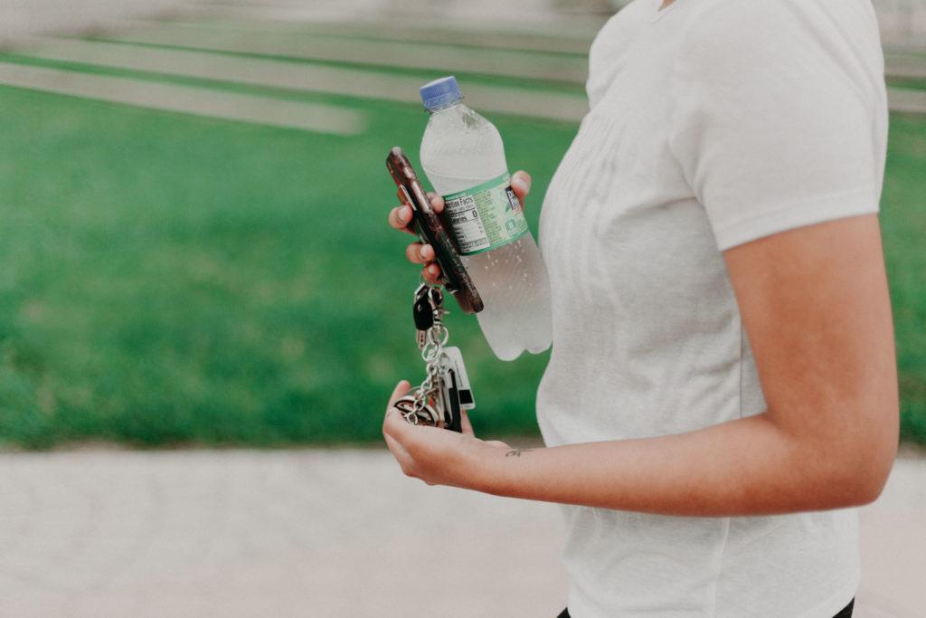 Ключи от автомобиля и бутылка воды