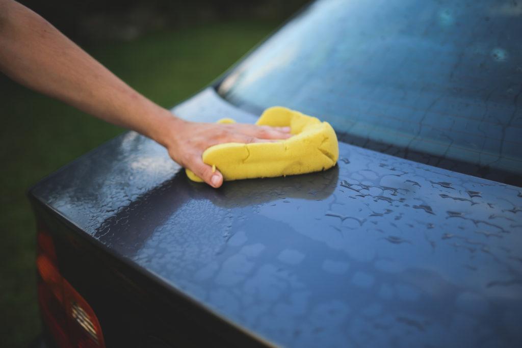 губкой мыть автомобиль