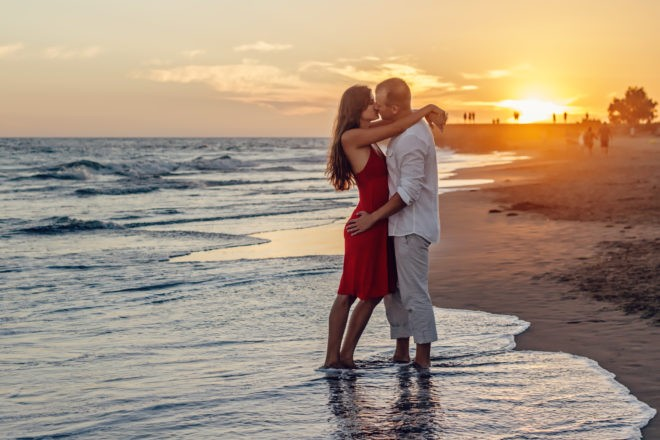 девушка с парнем на закате у моря