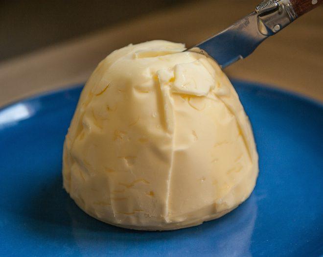 нож режет сливочное масло