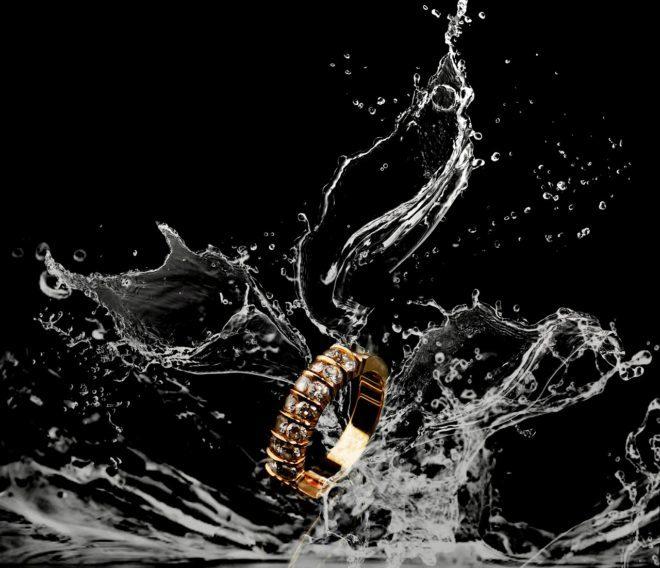 Обручальное кольцо в воде