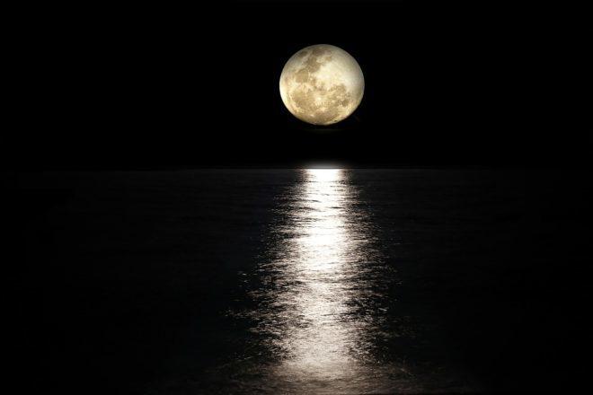 луна над водной гладью