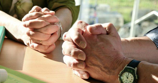 двое людей молятся