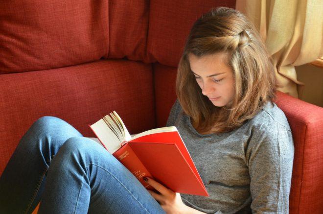 девушка читает в одиночестве