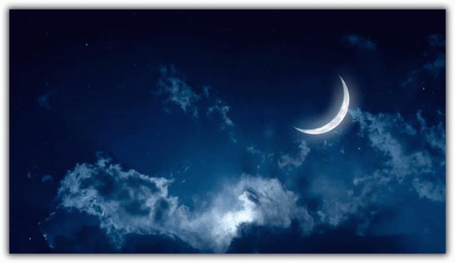 растущая луна в небе