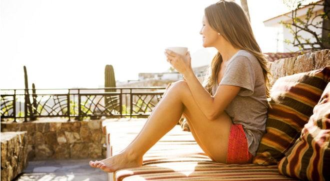 девушка утром с кружкой