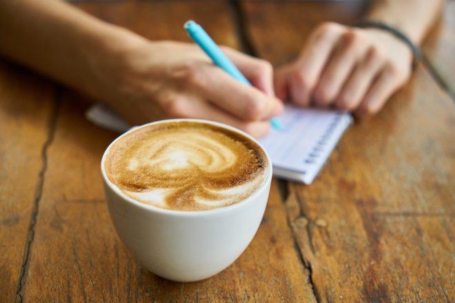 утренний кофе и записанные цели