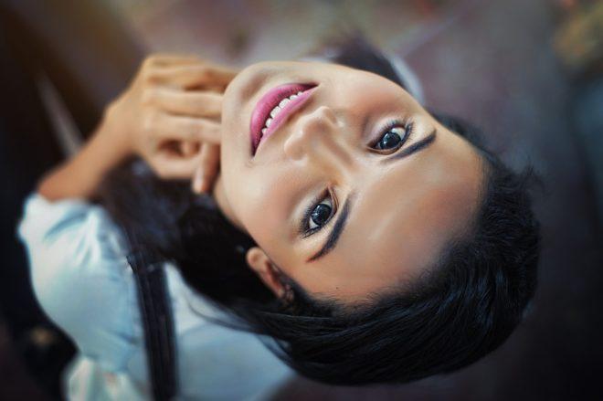 красивая девушка улыбается