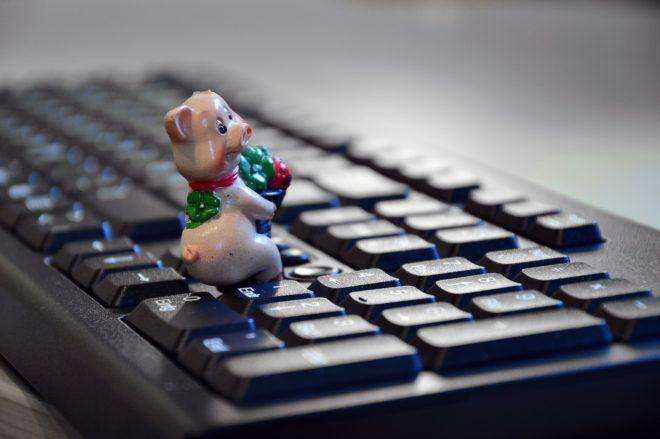игрушечная свинка на клавиатуре