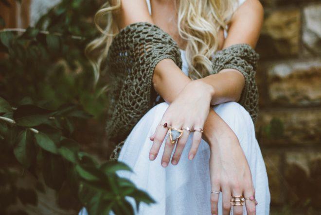 девушка с кольцами