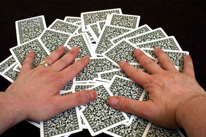 руки на картах