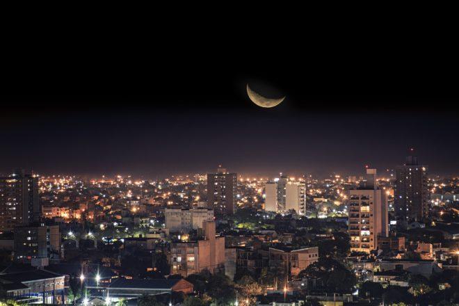 новая луна над городом