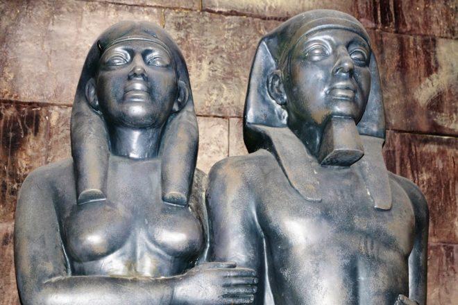 статуи мужчины и женщины