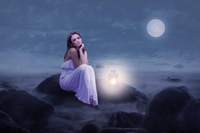 девушка одна при полной луне