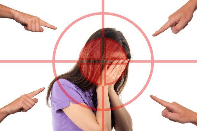 девушка прячет лицо от стыда