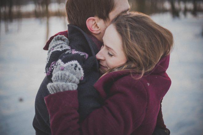 мужчина с женщиной обнимаются