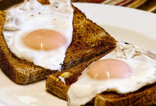 яичница на тостах