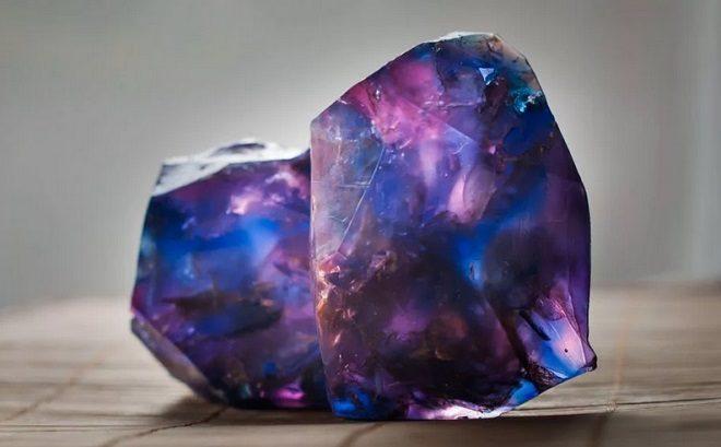 фиолетовые камни особенности